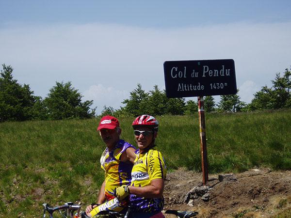 cyclistes au sommet du Col du Pendu dans le Tanargue - vacances à vélo Genêts
