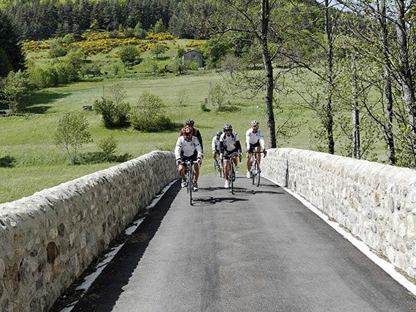 groupe de cycliste dans la vallée de la Cance - vacances à vélo Pilat