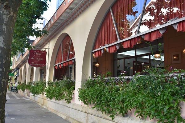 extérieur Grand Hôtel de Lyon à Vals les Bains - un de vos hébergements pour le séjour vélo Genêts