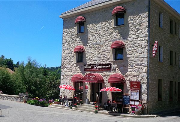 extérier hôtel Au Parfum des Bois à Saint Cirgues en Montagne - votre hébergement pour le séjour vélo Bleuets