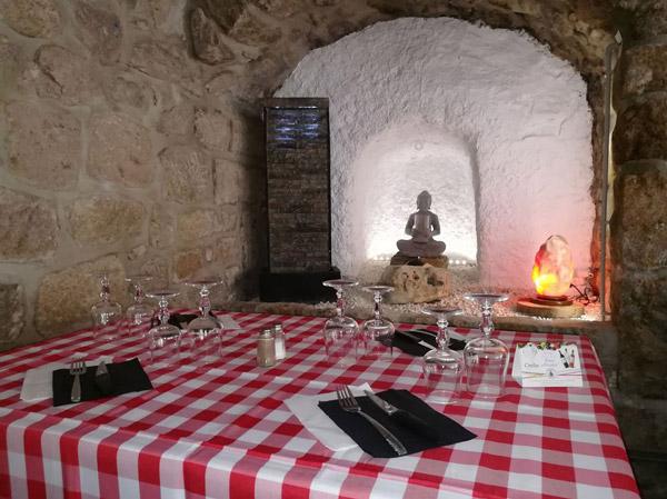 salle de restaurant de l'auberge c'est la vie à Chanéac - séjour vélo Genêts