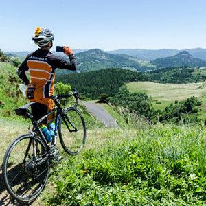 cycliste devant le panorame des sucs - séjour vélo Haut-Lignon