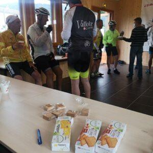 séjour vélo Myrtilles juin 2021 - accueil avec café et les produits de nos partenaires